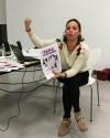 Raquel López durante la formación, analizando carteles de campañas públicas contra la violencia sexual y de género